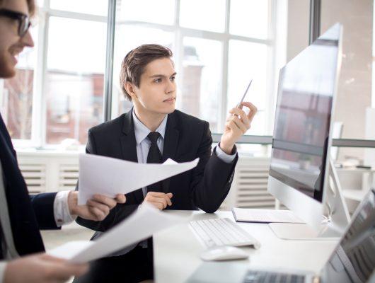 pessoas no escritorio em frente ao computador